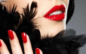 Пол лица девушки с красными губами